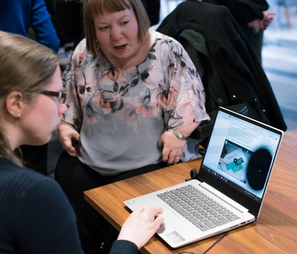 Tietokoneen näytöllä simuloidaan tilannetta miten henkilö, jolla on näköhäiriö, saattaa nähdä tietokoneen ruudun. Tietokoneen näytössä on iso musta sumentuma.