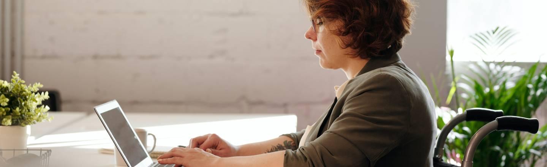 Kvinna sitter vid datorn.
