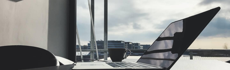 bärbar dator på bordet